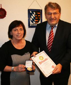 Die Preisträgerin-Landrätin Christine Zitzmann-mit dem  FB-Vorsitzenden Wolfgang Hoderlein